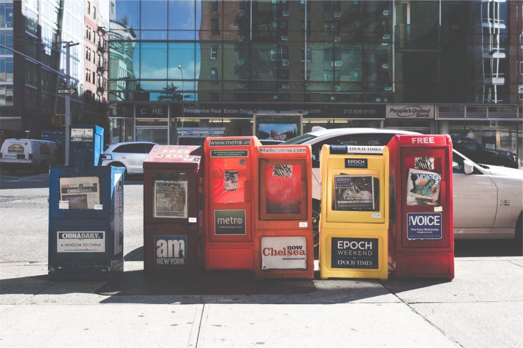 Række af postkasser ved vej