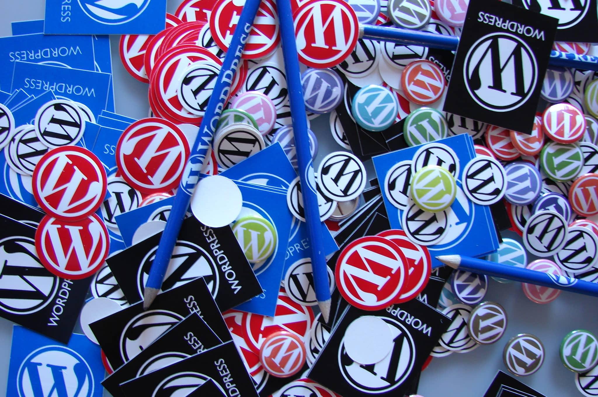 Topbillede med WordPress badges
