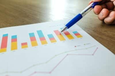 analytics grafer på et stykke papir